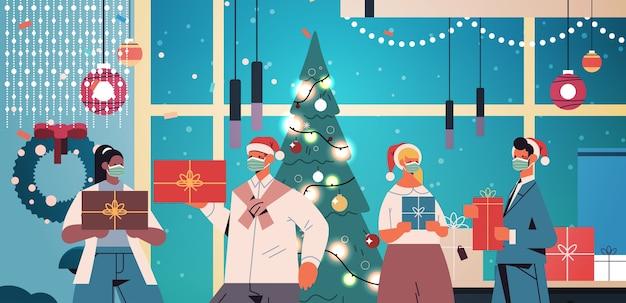 Colleghi in cappelli di babbo natale che indossano maschere mescolano colleghi di razza che tengono regali capodanno e feste di natale celebrazione concetto ufficio interno ritratto orizzontale illustrazione vettoriale Vettore Premium