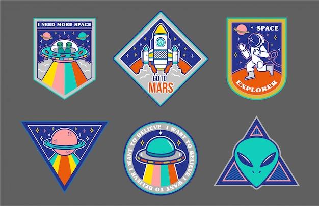 Insieme variopinto di toppe, adesivi, stemmi con oggetti disegnati a mano nello stile dello spazio: alieno, ufo, astronave, astronauta. Vettore Premium