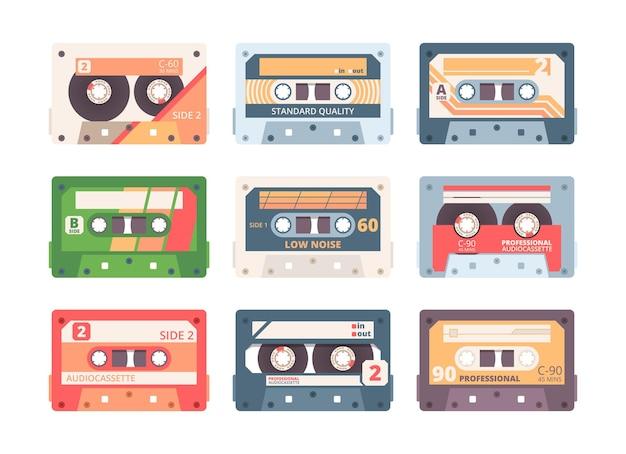 Set piatto colorato a cassetta compatta. collezione di dispositivi stereo retrò. musicassetta, nastri a cassetta vintage isolati su bianco. registrazione e riproduzione audio Vettore Premium