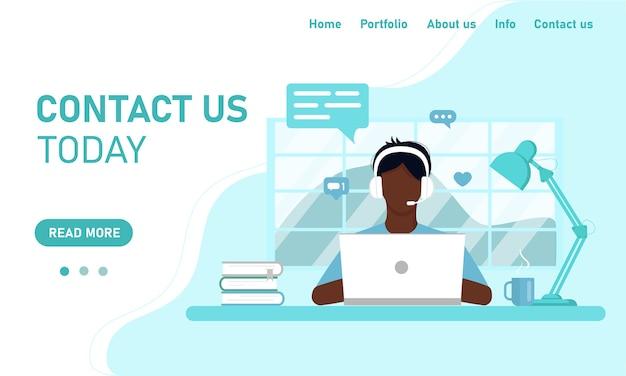 Modello di concetto per il sito web e il supporto del servizio clienti di chat banner. il ragazzo che l'operatore africano al laptop lavora dall'ufficio domestico, formazione online. stile piatto, design Vettore Premium