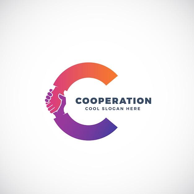 Modello di segno, simbolo o logo di cooperazione. stretta di mano incorporata nel concetto della lettera c. Vettore Premium