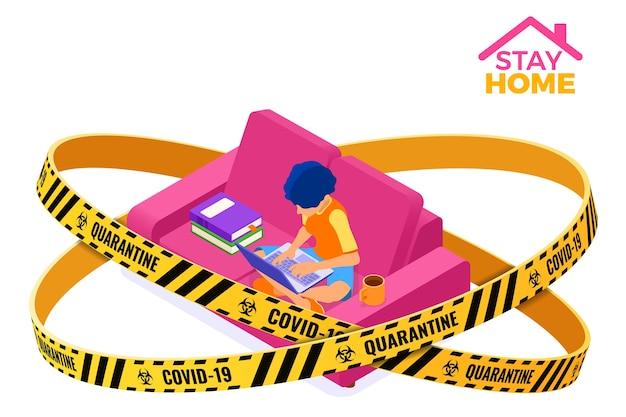 La quarantena del coronavirus resta a casa. corsi di formazione online o esame a distanza con nastro di barriera di avvertimento di carattere isometrico e-learning da casa ragazza sul divano con libro e laptop Vettore Premium