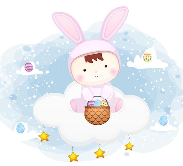 Bambino sveglio con il vestito del coniglietto che si siede sulla nuvola con il personaggio dei cartoni animati dell'uovo di pasqua Vettore Premium