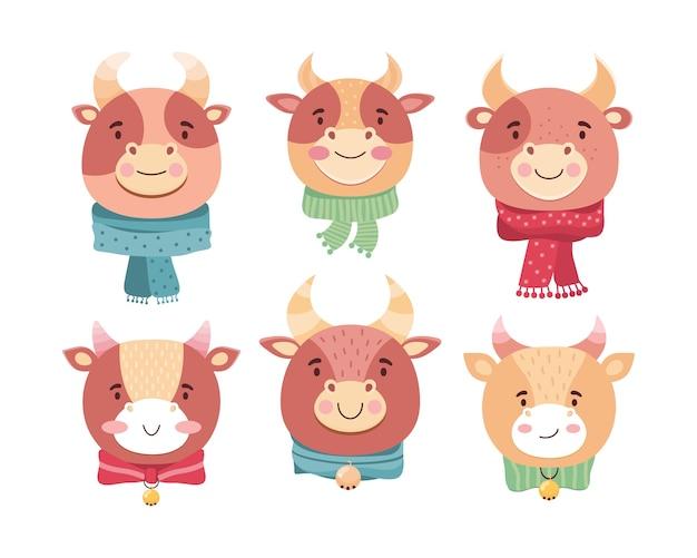 Facce sveglie del fumetto dei tori del bambino. simbolo del nuovo anno 2021. bue divertente in sciarpe, campanelli e fiocchi. sorrisi di animali bambino personaggio dei cartoni animati. vitelli kawaii. illustrazione piatta in stile scandinavo Vettore Premium