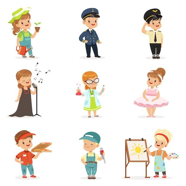 Bambini carini in varie professioni impostate. ragazzini e ragazze sorridenti in uniforme con le illustrazioni variopinte dell'attrezzatura professionale Vettore Premium
