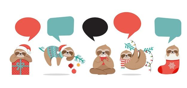 Simpatici bradipi, divertenti illustrazioni natalizie con costumi di babbo natale Vettore Premium