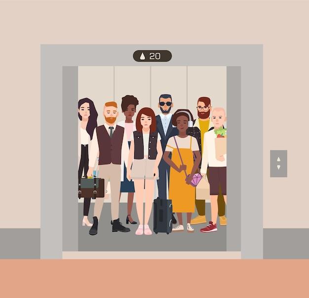 Diverse persone in piedi in ascensore con le porte aperte Vettore Premium