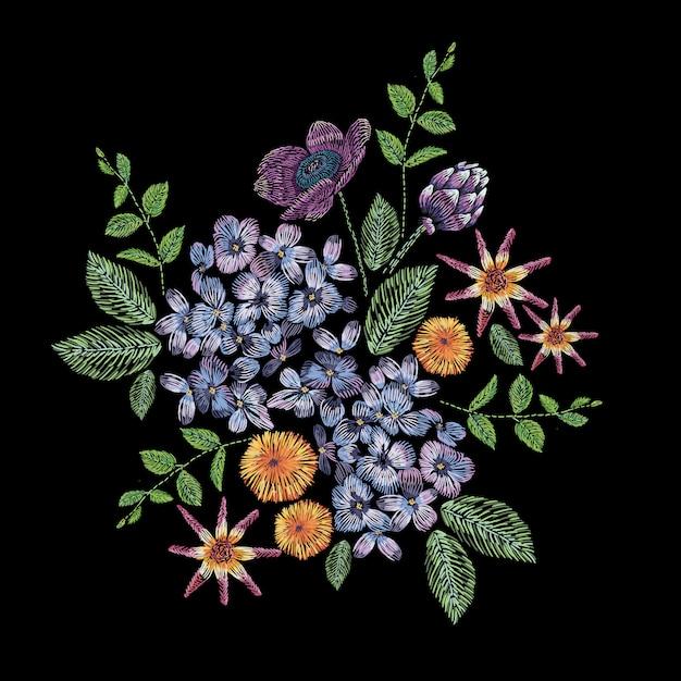Composizione ricamata con ramo di lillà, fiori e foglie. ricamo a punto raso floreale su sfondo nero. modello alla moda di linea folk per vestiti, abiti, tessuti, decorazioni. Vettore Premium