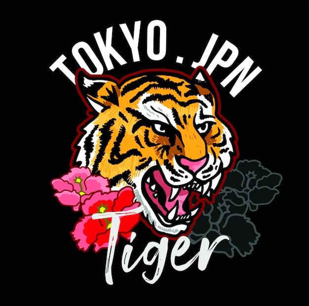 Testa del ricamo della tigre selvaggia arrabbiata con il concetto decorativo di tokyo del giappone dei fiori rosa. Vettore Premium