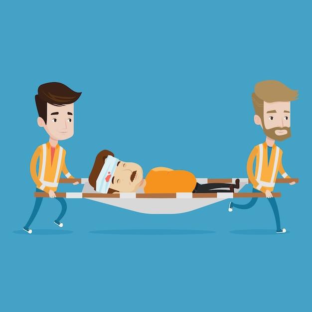 Medici di emergenza che trasportano l'uomo sulla barella. Vettore Premium