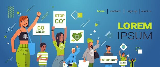 Attivisti ambientali tenendo manifesti andare verde salvare pianeta sciopero concetto mix gara manifestanti campagna per proteggere la terra dimostrando contro il riscaldamento globale ritratto spazio copia Vettore Premium