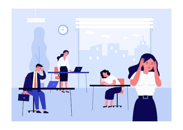 Impiegati d'ufficio esausti al lavoro. Vettore Premium