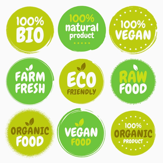 Etichette e tag con logo di cibo vegano biologico sano fresco. illustrazione disegnata a mano. concetto di eco verde vegetariano Vettore Premium