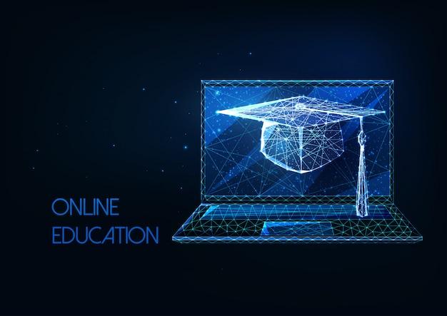 Formazione online futuristica, concetto di apprendimento a distanza con cappuccio di laurea poligonale basso incandescente e laptop su sfondo blu scuro. Vettore Premium