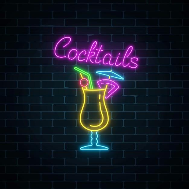 Insegna al neon di incandescenza della barra dei cocktail sul fondo scuro del muro di mattoni. pubblicità a gas incandescente con pina colada Vettore Premium