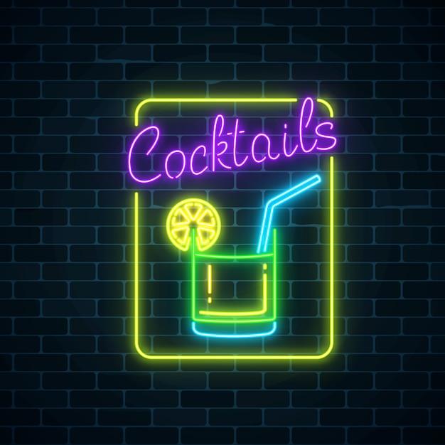 Simbolo al neon bagliore della barra di cocktail sul fondo scuro del muro di mattoni. pubblicità a gas incandescente con caipirinha Vettore Premium