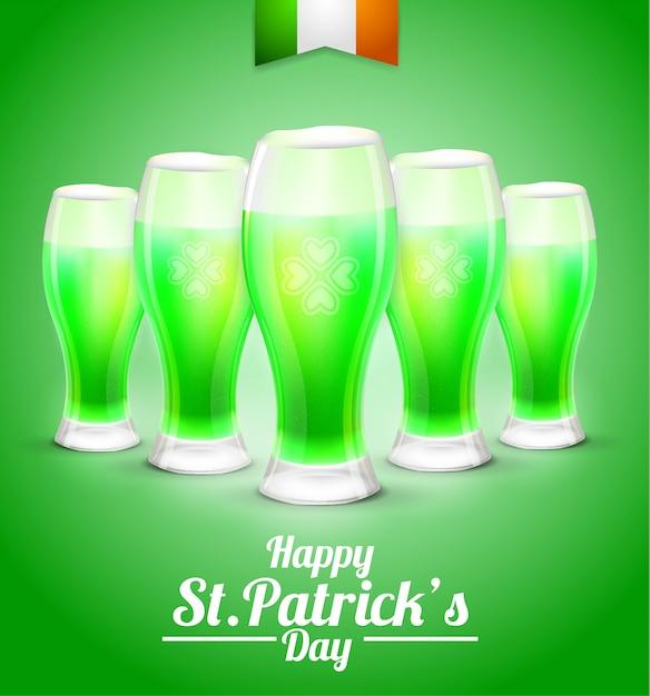 Biglietto di auguri con un bicchiere di birra su uno sfondo verde Vettore Premium