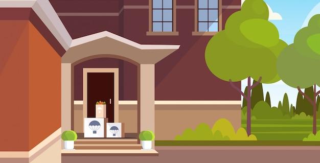 Prodotti alimentari parsels scatole di cartone sotto porta d'ingresso posta aerea espresso concetto di consegna postale moderna costruzione casa esterno orizzontale Vettore Premium