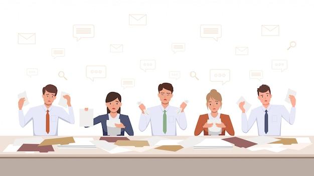 Gruppo di uomini e donne frustrati team sconvolto lavorando con il documento sulla scrivania in ufficio nel design piatto icona Vettore Premium