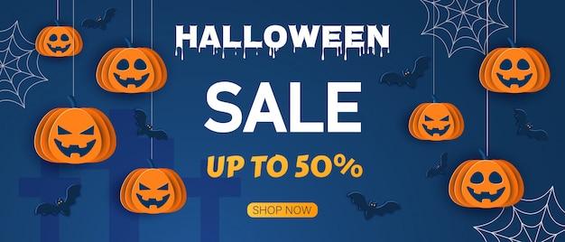 Modello di disegno di offerta di halloween. vendita sfondo. illustrazione di stile cartone animato sfondo blu classico di halloween con zucche e pipistrelli in stile carta, Vettore Premium