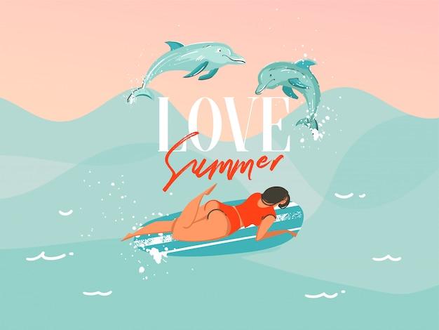 Illustrazione disegnata a mano con una donna praticante il surfing di nuoto del costume da bagno con delfini di salto sul fondo blu dell'onda di oceano Vettore Premium