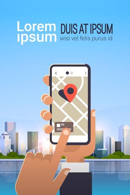 Mano utilizzando l'applicazione di mappe mobili online Vettore Premium