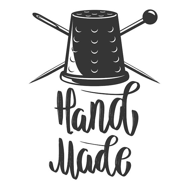 Fatto a mano. emblema con ditale e aghi incrociati. elemento per logo, etichetta, emblema, segno. immagine Vettore Premium