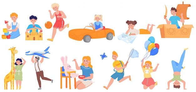 I bambini attivi felici giocano l'insieme dell'illustrazione, il carattere divertente del bambino del fumetto che gioca a calcio il gioco, giocante con i giocattoli in campo da giuoco Vettore Premium