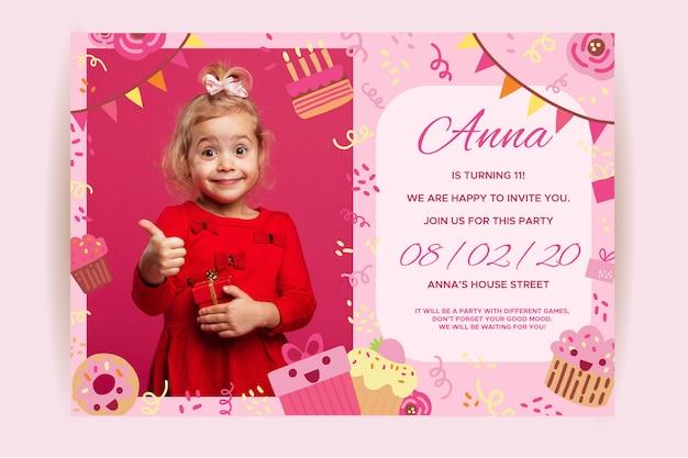 Invito di bambini di buon compleanno con ragazza Vettore Premium