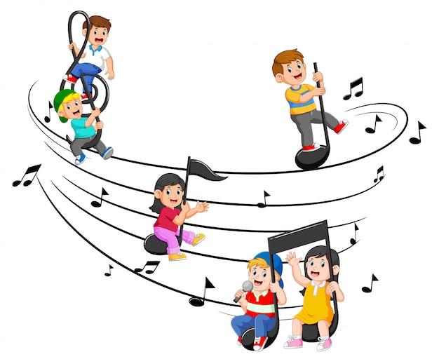 Bambini felici che guidano le note musicali Vettore Premium