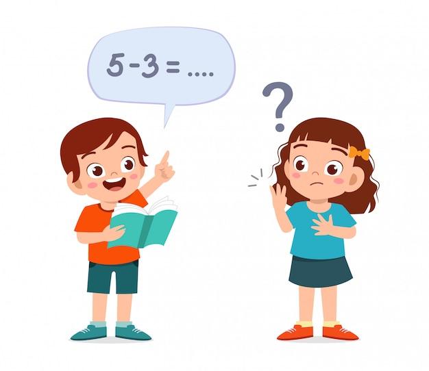 Ragazzo e ragazza svegli felici del bambino che studiano per la matematica Vettore Premium