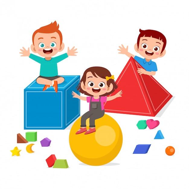 I bambini svegli felici giocano imparano la geometria 3d Vettore Premium