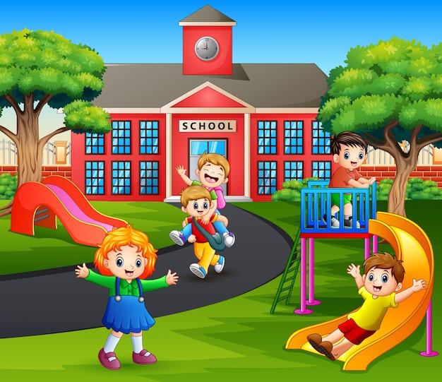 Bambini felici che giocano nel parco giochi dopo la scuola | Vettore Premium