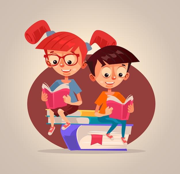 Caratteri sorridenti felici del ragazzo e della ragazza dei bambini che leggono libri. Vettore Premium