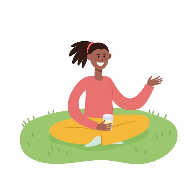 Illustrazione del fine settimana all'aperto di picnic estivo con donna afro-americana con un bicchiere di succo seduto sull'erba, donna alla moda yung, rilassarsi all'aperto in stile cartone animato Vettore Premium
