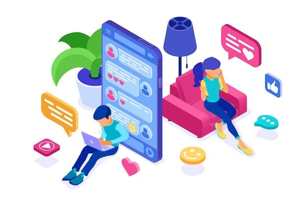 Ragazzo e ragazza isometrici chat nei social network inviano messaggi foto selfie chiamata utilizzando laptop e telefono Vettore Premium