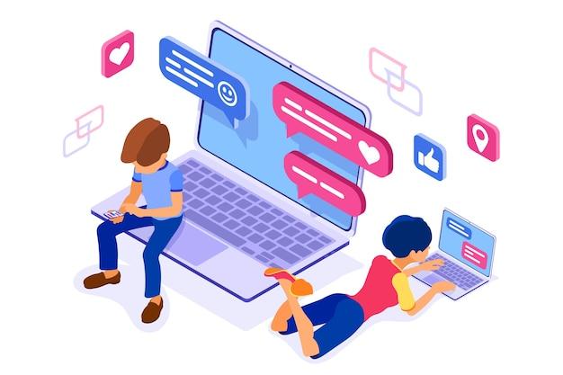 Ragazzo e ragazza isometrici chat nei social network inviano messaggi foto selfie chiamata utilizzando laptop e telefono. Vettore Premium