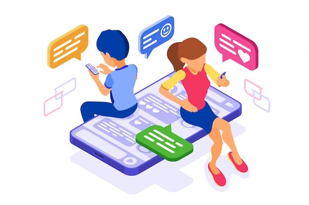 Ragazzo e ragazza isometrica chat nei social network inviano messaggi foto selfie chiamata utilizzando smartphone online dating amicizia relazioni virtuali. gli adolescenti dipendono dalle nuove tecnologie internet Vettore Premium