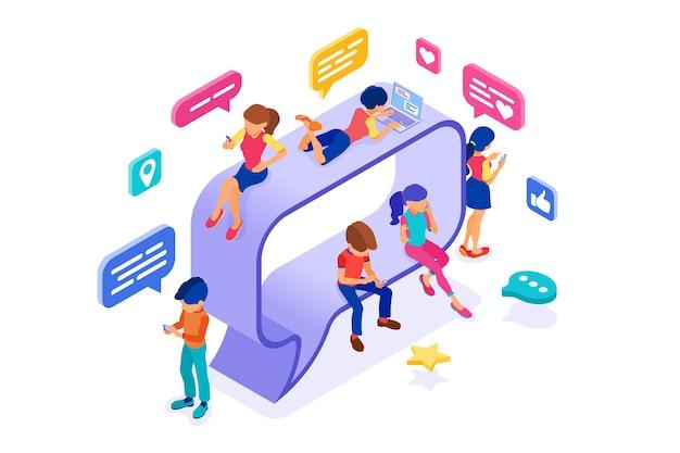 Ragazzo e ragazza isometrici chattare nei social network sul fumetto invia messaggi foto selfie chiamata utilizzando laptop e telefono Vettore Premium