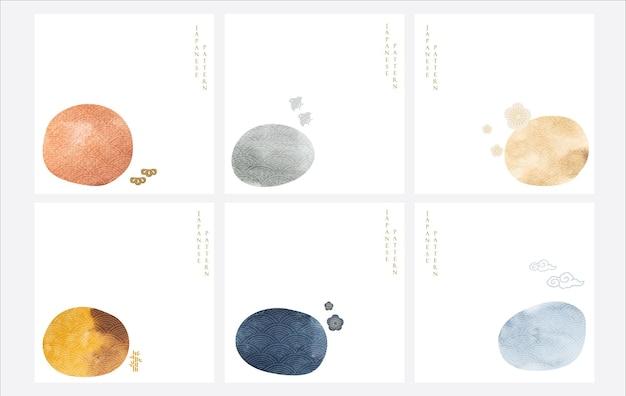 Sfondo giapponese con texture acquerello vettore. decorazione in pietra con icone asiatiche. modello astratto. uccelli, bonsai, fiori di ciliegio e elementi nuvolosi. Vettore Premium