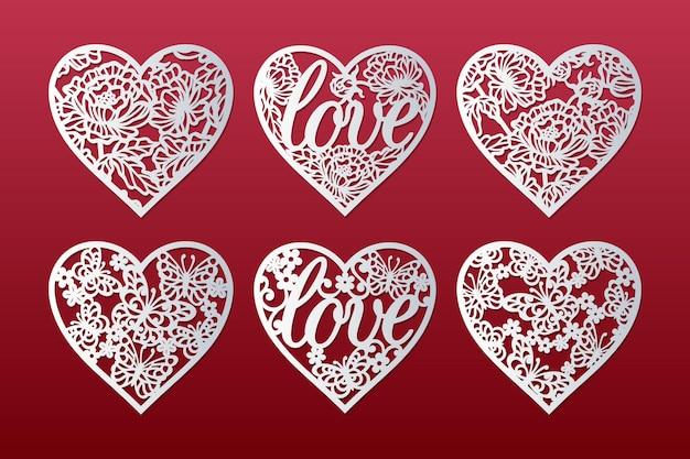 Cuori tagliati al laser con motivi di peonie, farfalle, fiori e parola amore, design di carte di san valentino. Vettore Premium