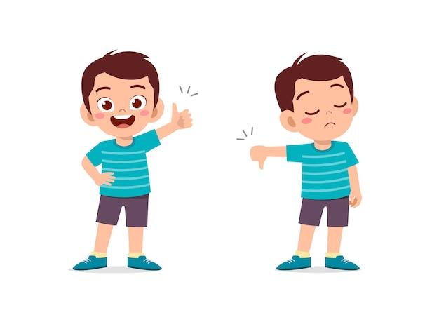 Il ragazzino mostra il pollice di gesto della mano su e il pollice verso il basso Vettore Premium