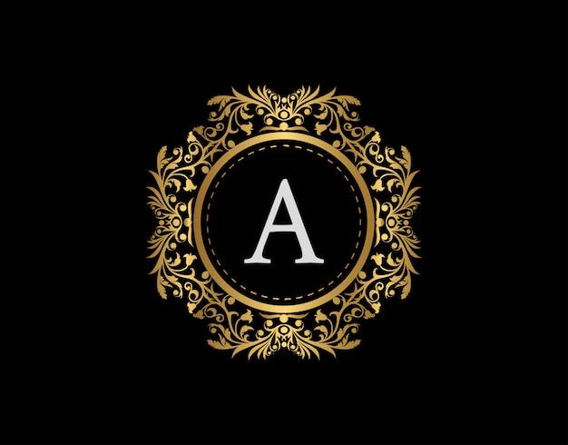 Logo della lettera a del distintivo di lusso. emblema calligrafico oro di lusso con bellissimo ornamento floreale classico. classy frame design illustrazione vettoriale. Vettore Premium