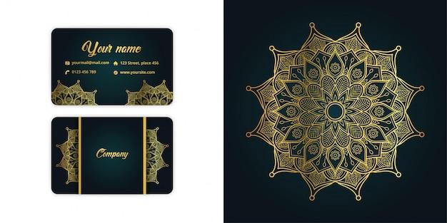 Il biglietto da visita di lusso della mandala dell'oro e il fondo di arabesque hanno messo su colore verde elegante Vettore Premium