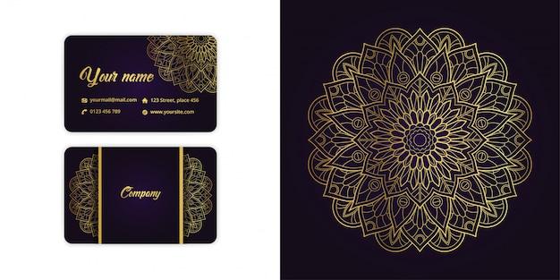 Il biglietto da visita di lusso della mandala dell'oro e il fondo di arabesque hanno messo su colore porpora elegante Vettore Premium