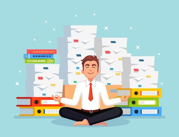 Uomo che fa yoga. pila di carta, uomo d'affari impegnato con la pila di documenti. lavoratore che medita, rilassante Vettore Premium