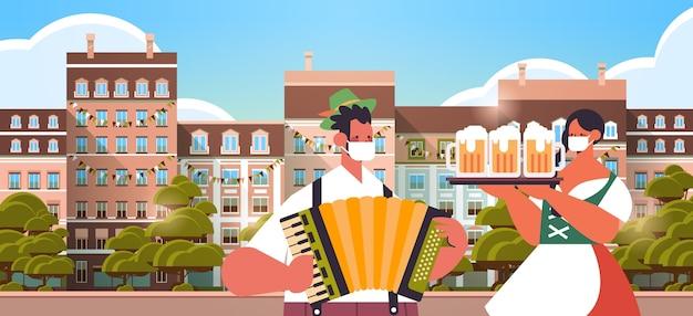 Uomo che suona la fisarmonica donna che tiene boccali di birra oktoberfest festival celebrazione concetto persone in abiti tradizionali tedeschi divertirsi paesaggio urbano sfondo ritratto orizzontale Vettore Premium