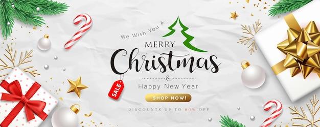 Buon natale vendita, collezioni di scatole regalo con personale di babbo natale, foglie di pino e nastri d'oro banner concept design su carta stropicciata sfondo bianco Vettore Premium