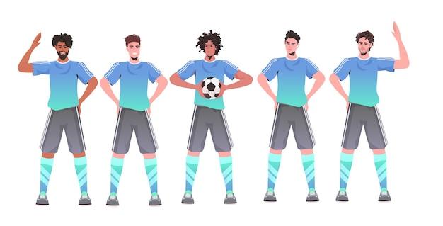 Mescolare i giocatori di calcio da corsa in piedi insieme squadra di calcio pronta per iniziare la partita in orizzontale Vettore Premium