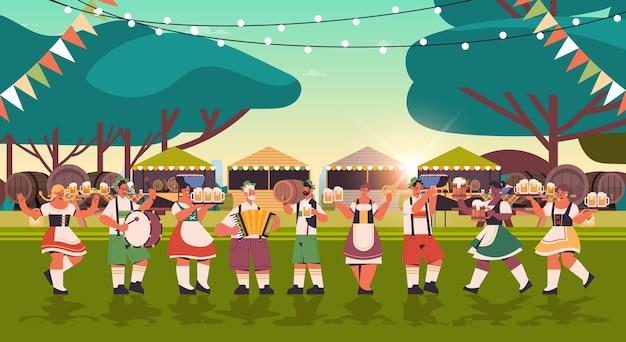Mescolare persone di razza in maschere per il viso bere birra e divertirsi oktoberfest festival celebrazione concetto paesaggio sfondo orizzontale Vettore Premium